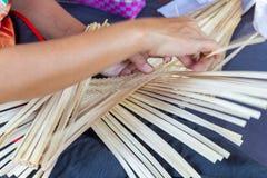 Wieśniacy wziąć bambusowych lampasy wyplatać w różne formy dla dziennego używają naczynia społeczności ludzie obraz stock