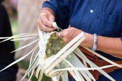 Wieśniacy wziąć bambusowych lampasy wyplatać w różne formy dla dziennego use obraz stock