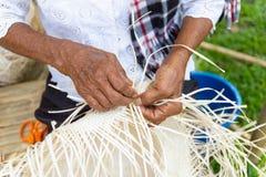 Wieśniacy wziąć bambusowych lampasy wyplatać w różne formy dla dziennego use obrazy royalty free