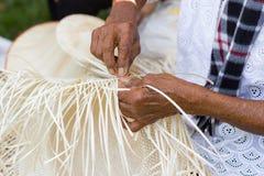 Wieśniacy wziąć bambusowych lampasy wyplatać w różne formy dla dziennych use naczyń community's ludzie obraz royalty free