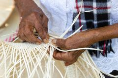 Wieśniacy wziąć bambusowych lampasy wyplatać w różne formy dla dziennych use naczyń community's ludzie fotografia stock