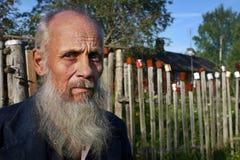 Wieśniaków stojaki za palika ogrodzeniem na którym suszył puste cyny Fotografia Stock