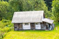 Wieśniaka dom na łące fotografia stock