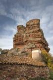 Wieśniaka dom przy bazą czerwonego piaskowa monolity w Chequilla wiosce, prowincja Guadalajara, Hiszpania zdjęcia stock