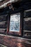 Wieśniaka dom z płatkami śniegu na okno Obraz Stock