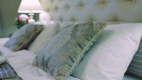 Wieśniaka małżeństwa miesiąca miodowego Stylowy łóżko zbiory wideo
