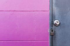 Wieśniaka metalu popielaty drzwi z kędziorkiem na menchii ścianie Obraz Royalty Free