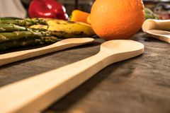 Wieśniaka stół z karmowym i drewnianym cutlery zdrowa żywność fotografia royalty free
