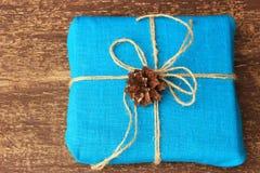 Wieśniaka styl dekoracja prezentów pudełka z naturalnymi materiałami Zdjęcia Royalty Free