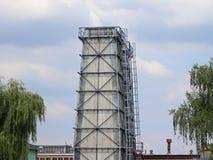 Wieża ciśnień jest stalowym budową ochraniającym łupkiem Budowy Technology architektura przemysłowej Pracująca przestrzeń zdjęcie stock