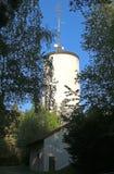 Wieża ciśnień z antennae na swój wierzchołku zdjęcie royalty free