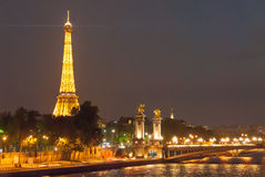 Wieża Eifla i Aleksander most przy nocą II Zdjęcie Royalty Free