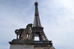 Wieża Eifla i statua koń w Paryż Zdjęcie Stock