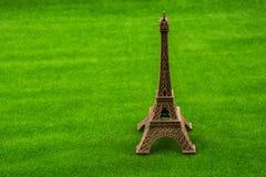 Wieża Eifla model na trawie zdjęcia stock