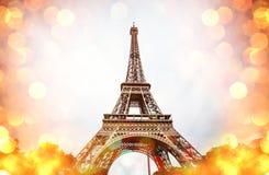 Wieża Eifla obramiająca z żółtym błyszczącym bokeh Zdjęcia Stock