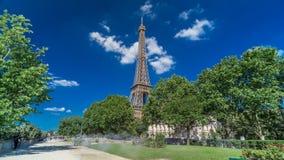 Wieża Eifla od Siene rzecznego nabrzeża w Paryskim timelapse hyperlapse, Francja zbiory