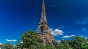 Wieża Eifla od Siene rzecznego nabrzeża w Paryskim timelapse hyperlapse, Francja zbiory wideo