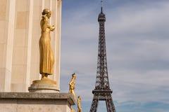 Wieża Eifla od Trocadero z złotymi statuami w foregroun zdjęcie royalty free