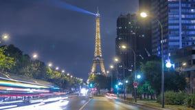 Wieża Eifla pokazuje swój cudownych światła przy nocą z samochodu światła śladów timelapse w Paryż zbiory