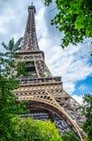 Wieża Eifla przez drzewa opuszcza w Paryż, Francja w august 2014 Zdjęcia Stock
