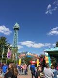 Wieża Eifla przy królewiątko wyspą z planeta Snoopy znakiem, zdjęcie stock