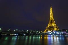 Wieża Eifla przy nocą i Iena mostem Zdjęcia Royalty Free