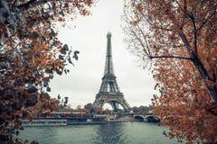Wieża Eifla przy Paris od rzecznego wontonu w jesień sezonie, Paris, France Fotografia Stock