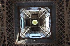 Wieża Eifla widok od centrum nakrywać w Paryż, Francja z Roland Garros tenisową piłką Obraz Royalty Free