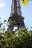 Wieża Eifla widok od champ de mars, Francja z Roland Garros tenisową piłką Obrazy Stock