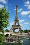 Wieża Eifla wontonu łodzi turystów rzeczny Wycieczkowy światło słoneczne zdjęcie stock