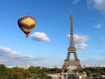 Wieża Eifla z gorące powietrze balonem obraz royalty free