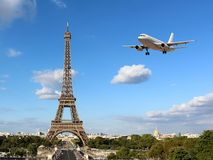 Wieża Eifla z Przyjeżdżać samolot fotografia royalty free