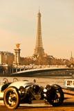 Wieża Eifla z starym samochodem na przedpolu, Pari zdjęcia stock