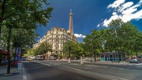 Wieża Eifla za historycznymi budynkami w Paryskim timelapse hyperlapse, Francja zbiory