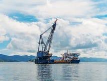 Wieża wiertnicza w zatoce tropikalne wyspy, eksploracja i produkcja olej w oceanie, obraz royalty free