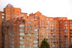 Wieżowiec robić pomarańczowe cegły dużo okien Zdjęcie Stock