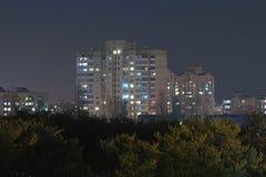 Wieżowowie blisko zalesionego terenu miasto Kyiv Ukraina najlepszy widok Evening krajobrazową fotografię Fotografia Stock