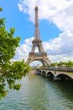 Wieży Eifla i wontonu rzeka - Paryż Zdjęcie Stock