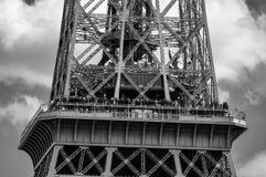 Wieży Eiflej obserwacji pokład B&W - dramatyczny niebo zdjęcia stock