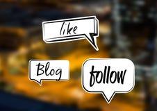 Wie Blog folgen Sie Chatblasen über Stadt Lizenzfreie Stockfotos
