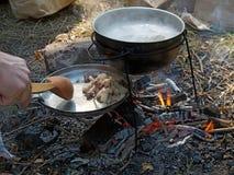 Wie das Kochen des Breis an der Stange in der Kampagne Lizenzfreie Stockfotos
