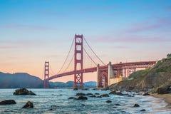 Wie die Sonne untergeht, genießen Sie die beste Ansicht Golden gate bridges von San Francisco stockbilder