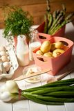 ?wie?e szparagowe grule i jajka na bia?ym kuchennym stole zdjęcia stock