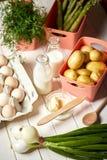 ?wie?e szparagowe grule i jajka na bia?ym kuchennym stole obrazy royalty free