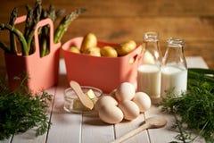 ?wie?e szparagowe grule i jajka na bia?ym kuchennym stole fotografia royalty free