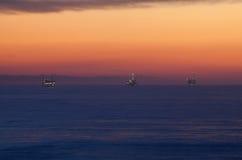 Wieże wiertnicze w Pacyficznym oceanie Zdjęcia Stock
