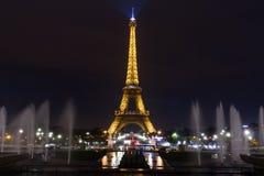 Wież Eifla fontann noc Obraz Stock
