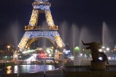 Wież Eifla fontann noc Zdjęcie Stock