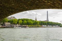 Wieża Eifla pod mostem Zdjęcie Stock