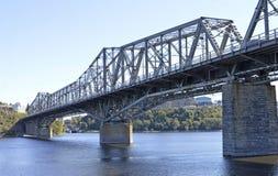 Wie eine Brücke über gestörtem Wasser Lizenzfreies Stockfoto